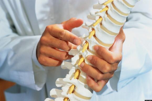 В запущенных случаях олезни вместо пораженных позвонков вставляется искусственный имплант